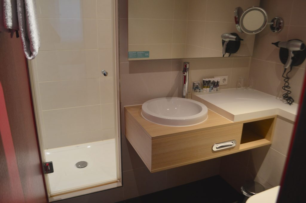 mercure bathroom 1